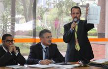 Los delegados del Comité muestran la propuesta que resultó ganadora en la licitación.