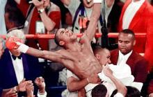 Óscar De La Hoya, tras una de sus victorias en el boxeo mundial.
