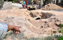 La tubería quedó sin instalar en algunos sectores. Las zanjas se convierten en un peligro.