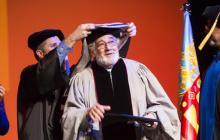 Plácido Domingo (c) durante su investidura como doctor honoris causa por la 'Berklee College of Music' este año.