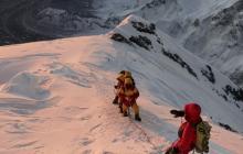 Escaladores en camino a la cima del Monte Everest .