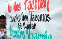 Con pancartas, gritos y aplausos, un grupo de moradores de El Ferry marcharon en defensa de la banda.