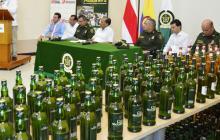 Algunas de las botellas decomisadas este año fueron mostradas durante la rueda de prensa en la Gobernación.