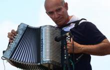 Alfonso Ceballos: 47 años  tocando el acordeón al revés
