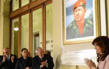La presidenta argentina, Cristina Fernández (d), junto al secretario general de la Unasur, Ernesto Samper (c), durante un acto en la Casa Rosada de Buenos Aires en memoria del quinto aniversario del nombramiento al frente de la Unasur de Néstor Kirchner.