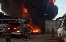 Bomberos sofocan incendio en fábrica en Engativá