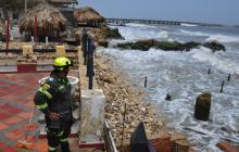 Un miembro del cuerpo de rescate de la Policía Metropolitana monitorea la zona de Pradomar, en Puerto Colombia.