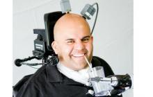 Un tetrapléjico usa sus pensamientos para mover un brazo robótico