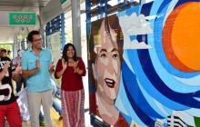 El artista Óscar Tapia aplaude luego de develar el vitral de Esthercita Forero.