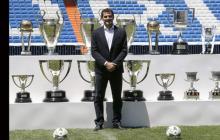 Iker Casillas con sus 19 trofeos en el césped del estadio Santiago Bernabéu.