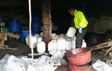 Los agentes de la Sijín del Atlántico incautaron 53 pimpinas de 5 galones de químicos en el patio de la casa.