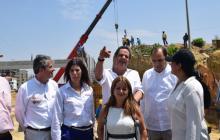 Momento en el que la ministra de Transporte, Natalia Abello; y el vicepresidente, Germán Vargas Lleras, junto a otros funcionarios, recorrían el nuevo tramo de las obras.
