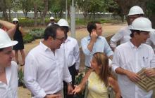 Sergio Díaz-Granados y la alcaldesa dialogan mientras recorren el parque Universal.
