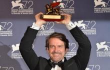 El director venezolano Lorenzo Vigas recibe el premio.