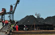 Las barcazas cargadas de carbón llegaron ayer a las 10:30 a.m. al puerto de Compas en Barranquilla.