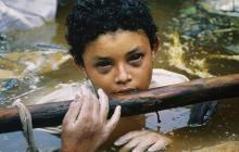 Omayra, atrapada en el lodazal. Ninguna autoridad facilitó la motobomba para sacar el agua y rescatarla.