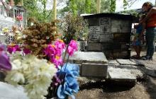 Una mujer ora en la tumba simbólica de la niña Omayra Sánchez.