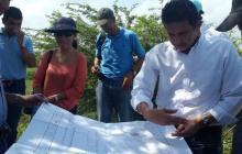 Los delegados revisan los planos de la obra.