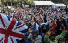 Gente vestida como los artistas de la banda británica.