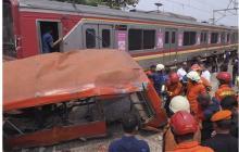Tren de pasajeros arrolla a bus en Indonesia y deja 18 muertos