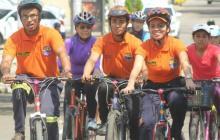Familias completas disfrutan de las ciclovías.