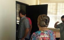 A martillazos abren puerta de la Alcaldía de Purísima y nuevo alcalde ingresa
