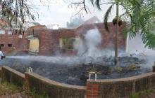 Un bombero termina de controlar las llamas.