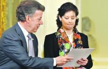 El presidente Juan Manuel Santos junto a Natalia Ponce el 18 de enero de este año, tras la promulgación de la ley.