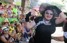 El disfraz de viuda causó conmoción entre el público por lo exuberante de las bombas '36 DD' que traía por senos, las bromas y risas fueron la constante del trayecto.