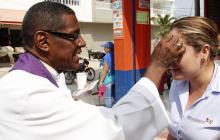 En Miércoles de Ceniza sacerdote salió a buscar fieles a las calles por baja asistencia a la parroquia
