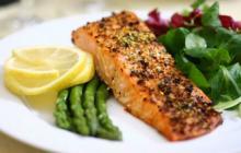 Es recomendable una dieta saludable como estilo de vida, que contenga cereales, frutas, verduras, proteínas, leguminosas, frutos secos.