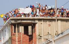 Durante el desarrollo de la protesta algunos familiares se acercaron al penal.