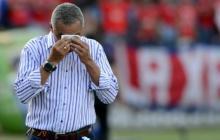 Imagen del técnico Alexis Mendoza en un partido ante Jaguares, en el que se evidencia el calor reinante durante el encuentro.