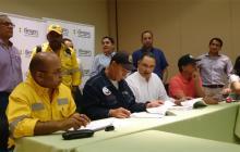Trabajadores y representantes de Cerrejón, en la firma.