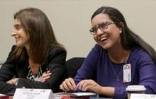 Éel María Angulo, a la derecha, en medio de una de las sesiones del taller de periodismo, dictado por Cruz.