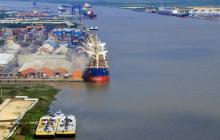Transporte de carga en el puerto de Barranquilla para transporte por el río Magdalena.