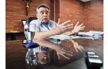 El gobernador de Sucre, Édgar Martínez Romero, en diálogo con EL HERALDO en su despacho.