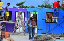 Vecinos y familiares de Felicia Mendoza, una de las afectadas, trabajaban para entechar su vivienda.