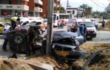 Choque de dos carros en accidente registrado este domingo en el norte de Barranquilla.