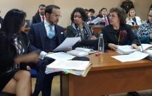 Natalia Ponce de León junto a su abogado en la audiencia del juicio.