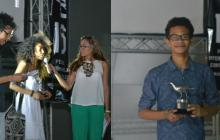 La primera fotografía corresponde al momento en que organizadores del festivl entregan a Sharon del Carmen Quintana la estatuilla por el premio especial MasterPeace. En la segunda imagen Duber Altamar, ganador en la categoría M1NI.