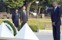 El presidente de Estados Unidos, Barack Obama, realiza una ofrenda floral en el Parque de la Paz, en Hiroshima.
