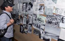El samario observa imágenes que ilustran la vida de Gabriel García Márquez, en la sala hecha en su honor.