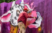"""El grafiti se quita el estigma. La estigmatización que tenían los artistas urbanos, antes tratados como """"vándalos"""", ha quedado atrás. Ahora la ciudad es su lienzo y, a través de sus dibujos, la embellecen. En la foto se ve al barranquillero Kenort interviniendo una pared del Zoológico de Barranquilla, en el marco de Killart, que se lleva a cabo hasta el 3 de junio."""