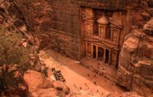 Bajo la gran piedra de Petra, en Jordania, una de las Siete maravillas del mundo, fue hallado un monumento.