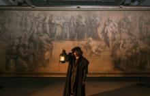 Una de las obras de Leonardo da Vinci junto al actor que personifica al maestro.