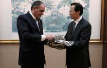 Aurelio Iragorri, durante su encuentro con su homólogo chino, Han Changfu, en Pekín.