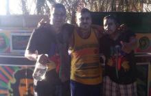 José María Arroyo (de franela amarilla) departiendo con unos amigos.