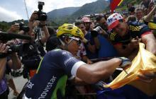 El colombiano Nairo Quintana firmando autógrafos.