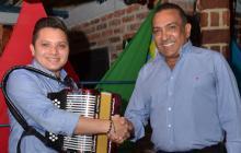 Luis José Villa y Beto Zabaleta estrechan sus manos en señal de su unión musical.Luis José Villa y Beto Zabaleta estrechan sus manos en señal de su unión musical.